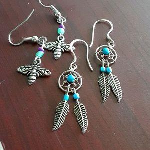 A set of 2 earrings